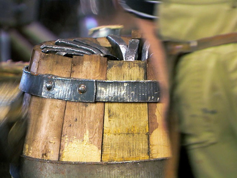 in einer der letzten Böttchereien Thüringens werden Fässer für das Münchner Oktoberfest gefertigt