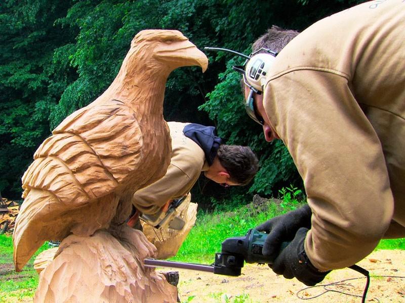 Holzkunst im Waldatelier Garnbach: das Holz der Hohen Schrecke wird auch vor Ort genutzt