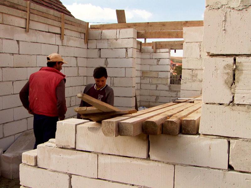 in Rumänien verändert sich vieles, Familien beginnen, feste Häuser zu bauen, die Initiative kommt von den Söhnen!