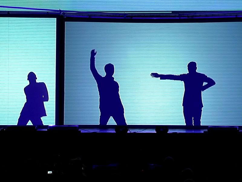 große Bühnenshow mit beeindruckenden Tänzern und Lichteffekten