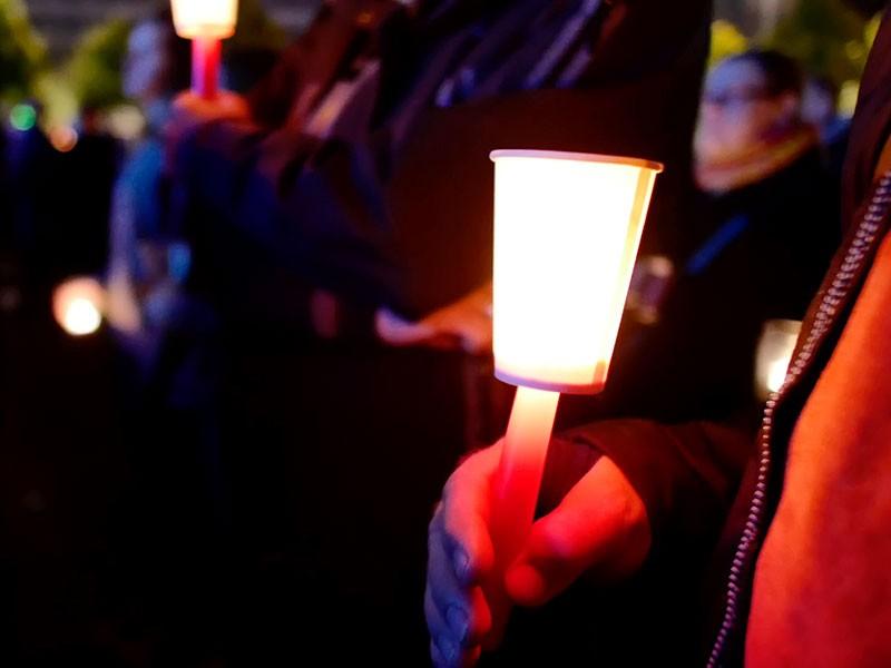 wo man hinschaut, Licht – das Friedenssymbol für den Abend