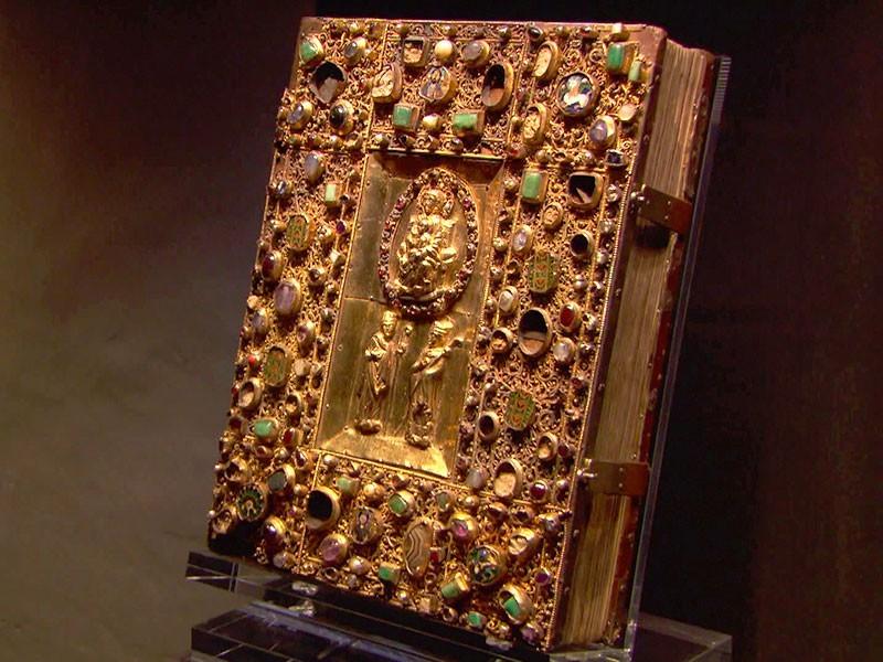 viele Einzelstücke – das wertvollste eine 1000 Jahre alte Bibel – werden in einer Höhle versteckt