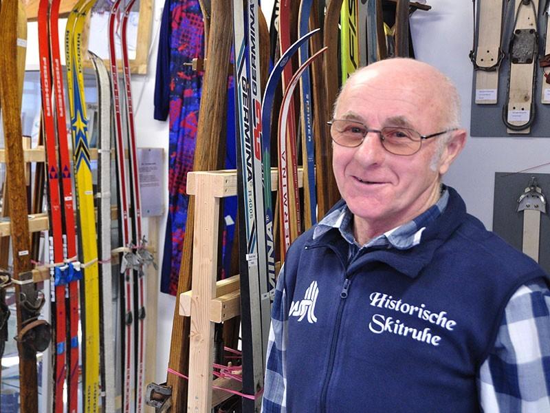 Skifan Gottfried Fuchs von der Skitruhe Schönheide zeigt seine Sammlung