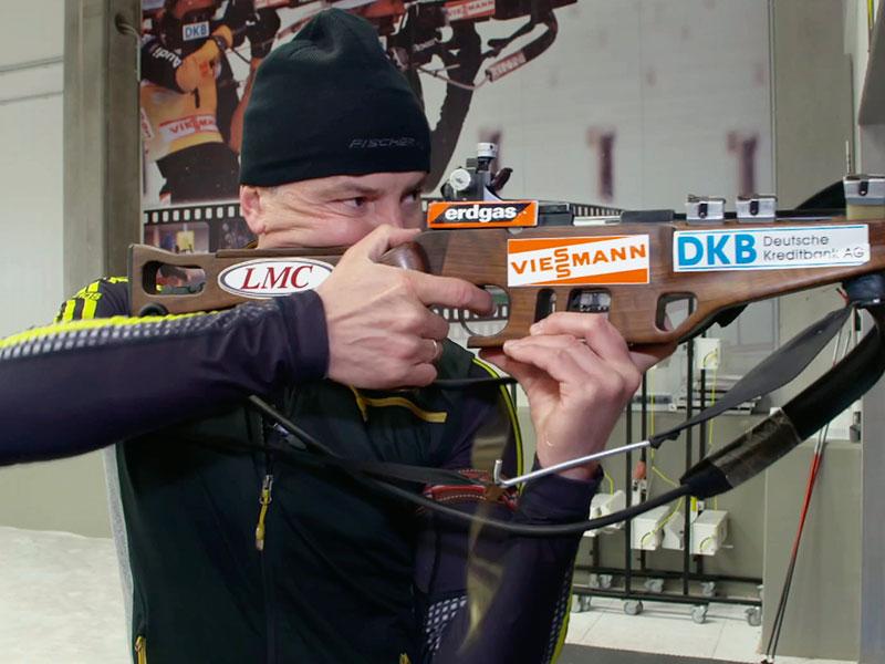 """Biathlon-Legende Sven Fischer mit seiner """"Königin"""" – einem Suhler Gewehr"""